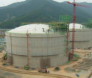 LNG tank under construction at the Tongyeong terminal